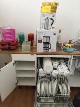 <h5>Geschirr und Geräte</h5><p>Die Lieferungen der Küchenausstattung traf ein, direkt gespült!</p>