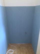 <h5>Waschraum Zwischenstand </h5><p>tapeziert und verklebt</p>